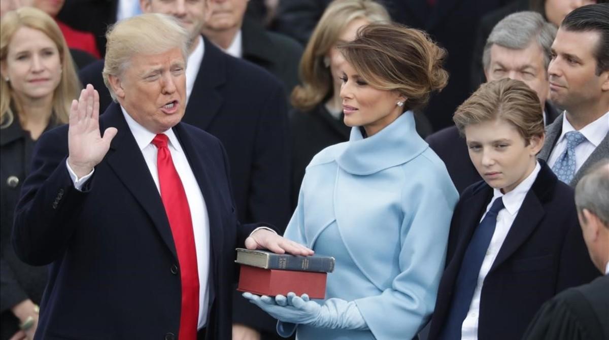 Donald Trump jura el cargo delante de su mujer y sus hijos.