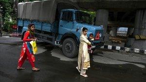 Dos mujeres caminan por una calle de la ciudad cachemira de Srinagar, este sábado.