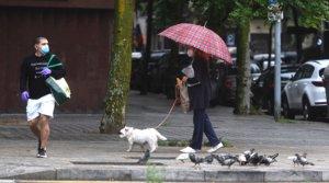 Dos transeúntes bajo la lluvia, en Barcelona, el pasado 10 de mayo.