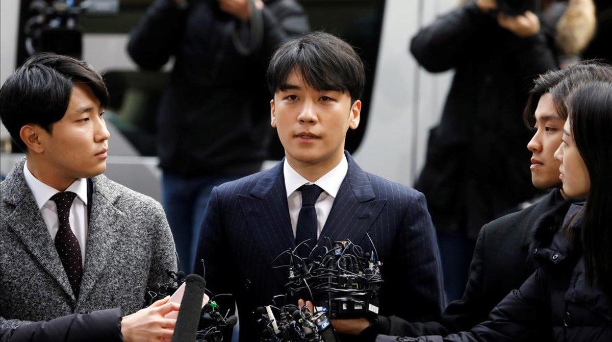 Seungri, miembro del grupo BigBang, llega a comisaría para declarar, este jueves.