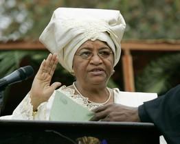Ellen Johnson Sirleaf jura el cargo como presidenta de Liberia tras su primera victoria electoral, el 16 de enero del 2006, en Monrovia.