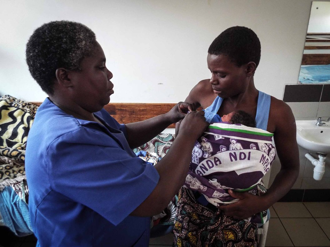 Enfermera junto a una mamá de un bebé prematuro.
