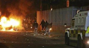 Enfrentamientos entre manifestantes y policía en Londonderry (Irlanda del Norte), la noche del sábado