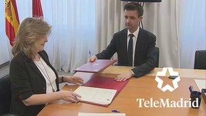 Engracia Hidalgo y José Pablo López firmando el nuevo Contrato Programa de Telemadrid.