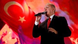 Erdogan se dirige a sus seguidores en el tercer aniversario del golpe de Estado fallido en Turquía.