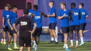 Ernesto Valverde observa a sus jugadoresdurante unentrenamiento en Sant Joan Despí.