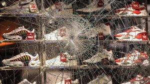 Escaparate roto en una de las tiendas afectadas por los disturbios en Stuttgart.