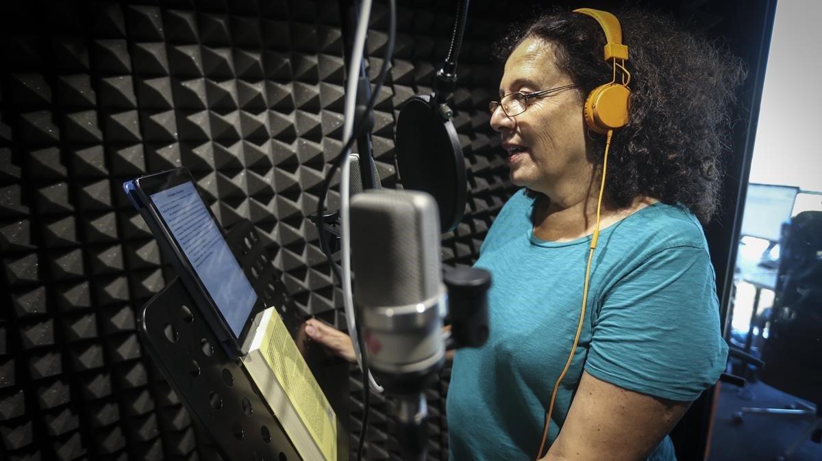 La escritora Neus Arqués, ayer, grabando un audiolibro en el estudio de la plataforma Storytelen Barcelona.