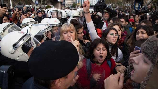 La policia d'Istanbul carrega contra l'himne 'El violador ets tu'
