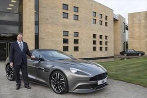 El presidente de la compañía con un modelo Aston Martin.