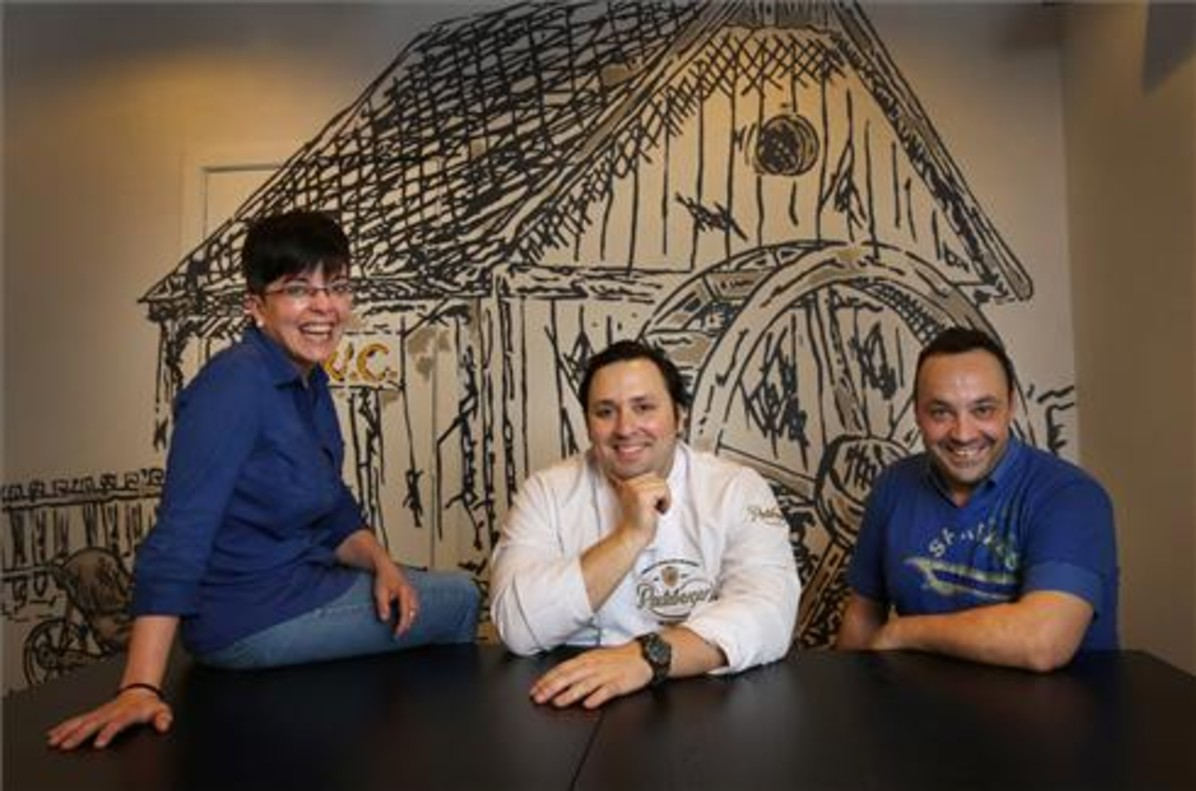 Eva Álvarez, Carlos Ortiz y Marc Navarro, en Pan & Oli. Foto: Álvargo Monge