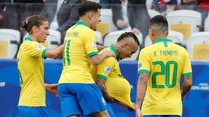 Everton celebra un gol junto a Firmino, Coutinho y Filipe Luis.