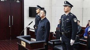 El exjefe de Interpol Meng Hongwei (centro) ecucha el veredicto del tribunal de la ciudad china de Tianjin.