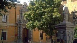 La fachada de la Universidad de Granada.
