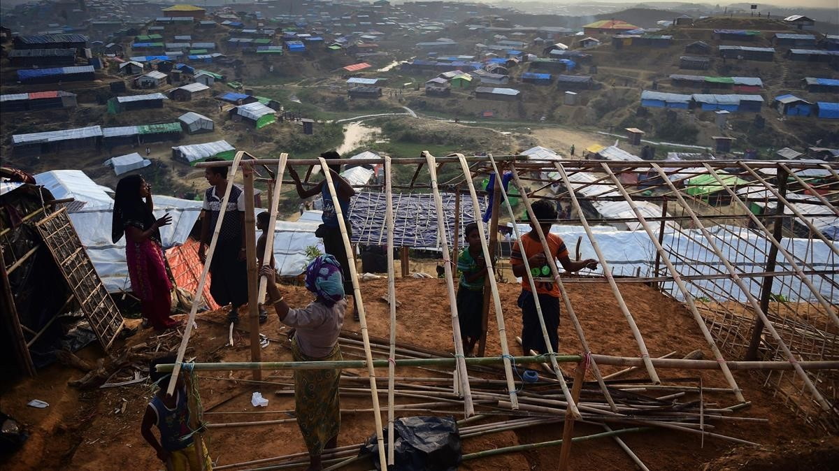 Un familia de rohingyas reconstruyen su precario refugio en el campo de Balukhali, en el distrito de Ukhia (Bangladés), el 22 de noviembre.