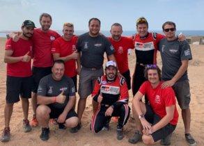 Fernando Alonso y Marc Coma posan con los miembros de su equipo al dfinal de la prueba