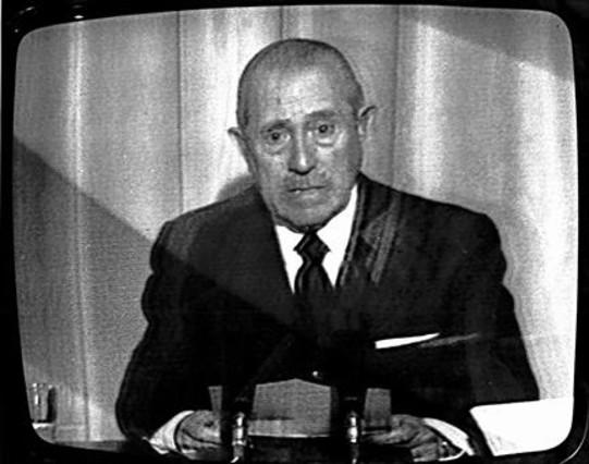 1. EL FINAL El presidente del Gobierno, Carlos Arias Navarro, la mañana del 20 de noviembre de 1975, comunicando la muerte de Franco a través de TVE. 2. LA MISERIA Un grupo de mujeres, en 1950, hace cola frente a una fuente pública de Madrid para llenar sus garrafas, a causa de las restricciones del agua en las casas. 3. LA ALIANZA Franco y el presidente de Estados Unidos, Dwight Eisenhower, se saludan con un simbólico abrazo a la llegada de este último, en 1959, a la base militar de Torrejón de Ardoz, una de las cuatro que construyeron los norteamericanos en territorio español.