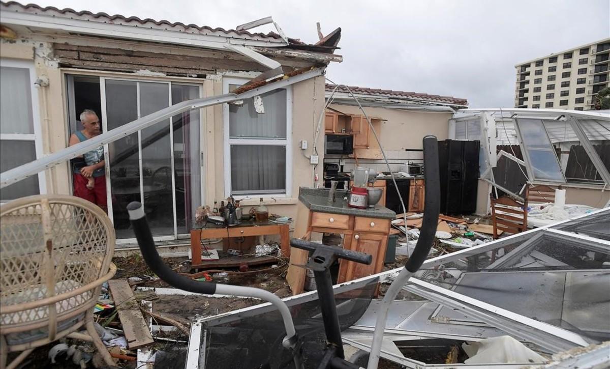 Daños causados en una vivienda de Florida por el huracán Matthew.