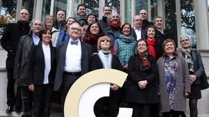 Foto de familia de los premiados con los Premis Nacionals de Cultura y los miembros del plenario del Conca.