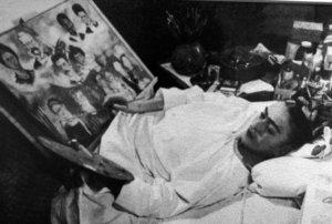 Retrato de Frida Kahlo en el hospital pintando el árbol genealógico.