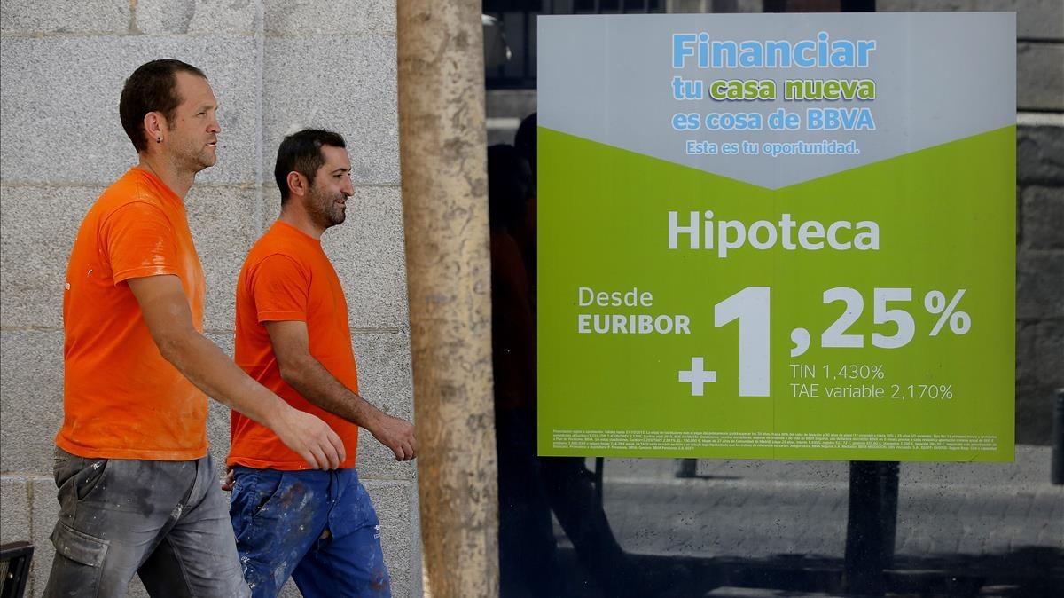 Anuncio de hipotecas en una oficina del BBVA en Madrid.