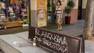 Un banco de la calle Blanquerna de Palma, en protesta contra el turismo de masas en Mallorca.