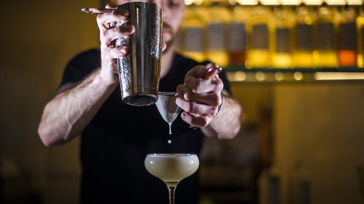 Un bartenderde Macera prepara un Ginger v sour de cardamomo. Aquí todos los cócteles cuestan 7 euros.