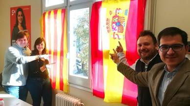 C's repone las banderas en Santa Coloma: la Junta Electoral dice ahora que no son partidistas