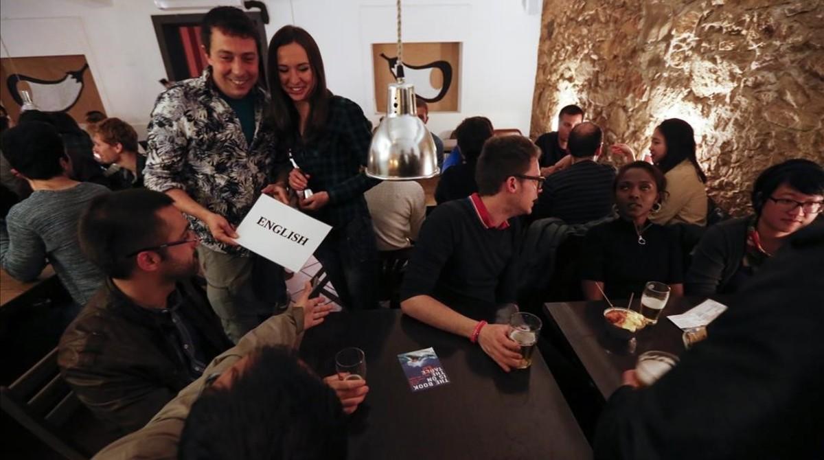 Grupo de conversación en el Bar Berenjenal, un viernes por la noche.