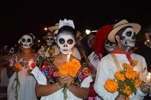 Hombres y mujeres caracterizados durante el Día de Muertos en México.