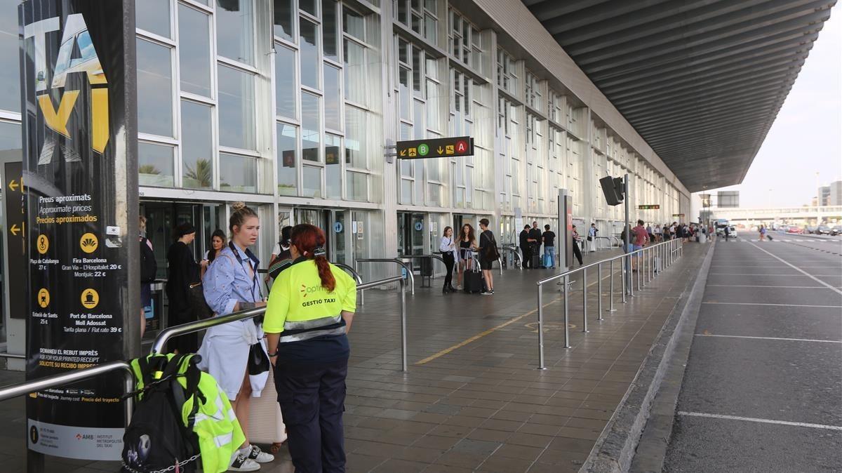 La parada de taxis, hoy vacía en la T2 del aeropuerto.
