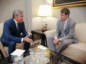 El embajador británico en España, Hugh Elliot (derecha), en una reunión con el delegado de Gobierno en Andalucía.