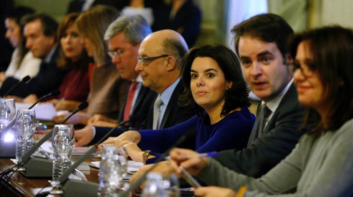 La vicepresidenta del Gobierno,Soraya Sáenz de Santamaría, y el ministro de Hacienda, Cristóbal Montoro, junto a representantes de las comunidades autónomas en una reunión preparatoria de la Conferencia de Presidentes autónomicos.