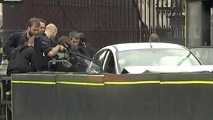 Momento en que los agentes se aproximan al vehículo que ha provocado el atropello