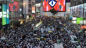 Imagen de la multitudinaria manifestación que ha recorrido las calles de Hong Kong, este sábado.