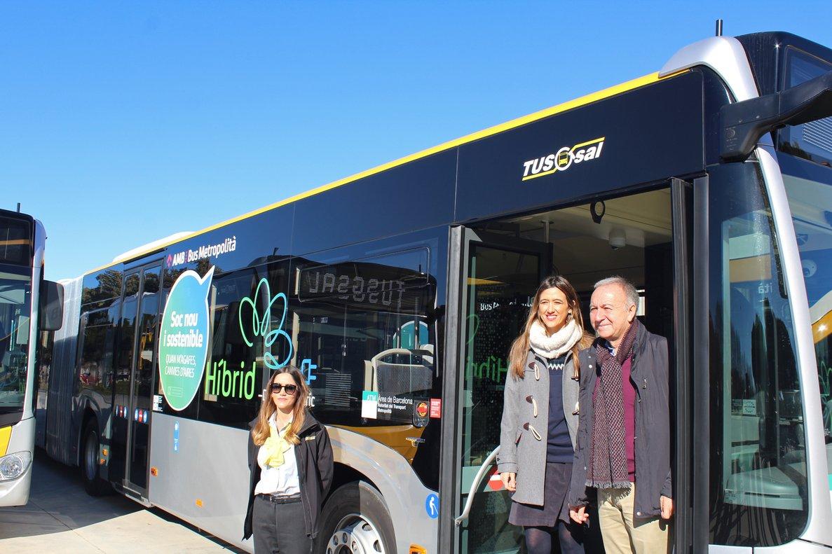 El vicepresidente de Movilidad y Transporte del AMB, Antoni Poveda, y la alcaldesa de Santa Coloma de Gramenet, Núria Parlon, han presentado los autobuses híbridos que darán servicio al municipio.