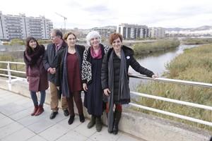 De izquierda a derecha, Parlon, Callau, Colau, Sabater y Campos, en un puente junto al río Besòs, en Sant Adrià.