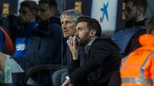 Quique Setién y Eder Sarabia, su ayudante, durante el partido ante la Real Sociedad.