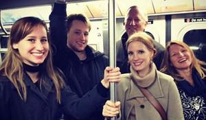Jessica Chastain, con su familia en el metro de Nueva York.