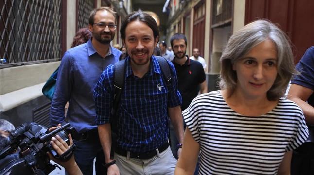 Joan Herrera, Pablo Iglesias y Dolors Camats, en 2015, cerca de la sede de ICV.