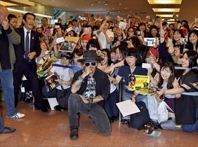 Johnny Depp, sin un duro, desata la locura en el aeropuerto de Tokio.