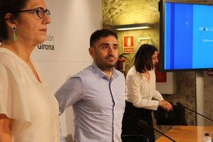 De izquierda a derecha, la directora de la Fundació Princesa de Girona, Mònica Margarit, el director Juan Antonio Bayona y la productora Belén Atienza, este viernes en Girona.