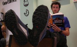 Kilian Jornet hojea su último libro, en Barcelona.