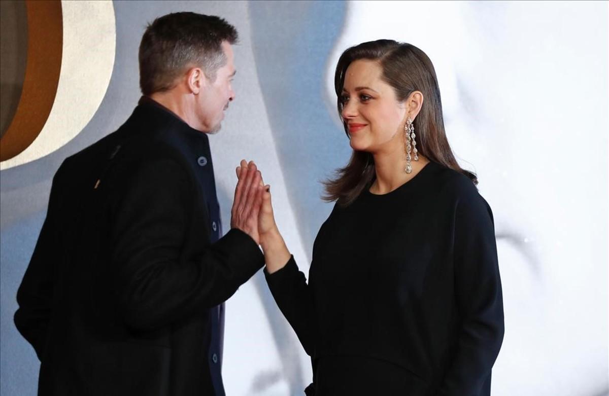 L'actor Brad Pitt saluda l'actriu Marion Cotillard, en l'estrena de la pel·lícula 'Allied' a Londres.