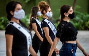 Las candidastas a Miss Nicaragua, ensayando con las mascarillas puestas y respetando las distancias, en un hotel de Managua.