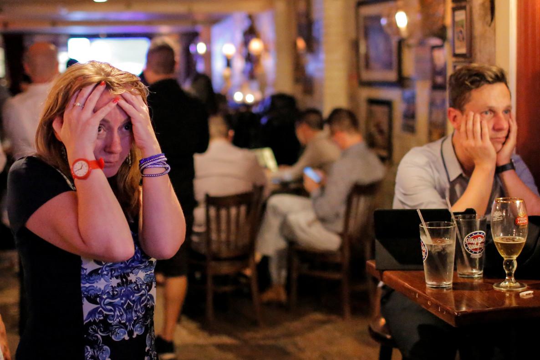Un grupo de gente en el bar The Churchill Tavern de Manhattan (Nueva York) siguiendolos primeros resultados del referéndum británico.