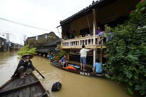 Las inundaciones que ha provocado el tifón Damrey en la ciudad turística de Hoi An, en la costa central de Vietnam