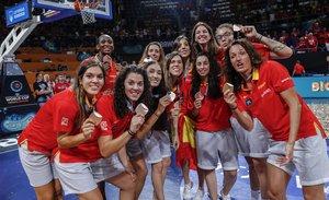 Las jugadoras de la selección muestran la medalla lograda en Tenerife