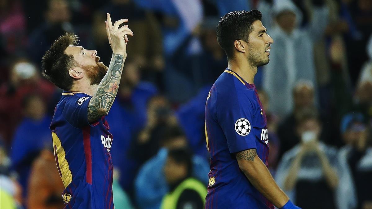 Leo Messi celebra el segundo gol del Barça al Olympiacos ante Luis Suárez.