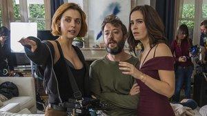 Leticia Dolera da instrucciones a Font García y Celia Freijeiro en el rodaje de la serie de Movistar+ Déjate llevar.